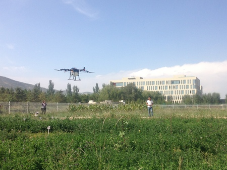 我司飛行員現場試飛植保無人機